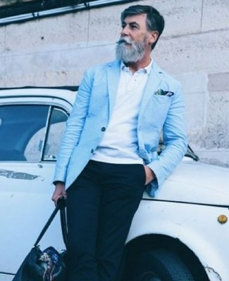 Cómo combinar: blazer celeste, camisa polo blanca, pantalón chino negro, bolsa de viaje de cuero negra