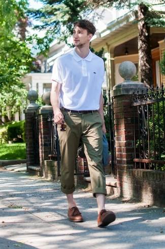Cómo combinar: blazer azul marino, camisa polo blanca, pantalón chino verde oliva, zapatos derby de cuero marrónes