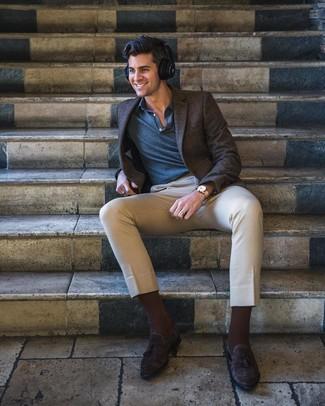 Cómo combinar: blazer a cuadros en marrón oscuro, camisa polo azul marino, pantalón chino en beige, mocasín con borlas de ante en marrón oscuro
