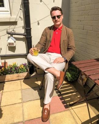 Cómo combinar: blazer de algodón marrón, camisa polo roja, pantalón chino en beige, mocasín de cuero marrón