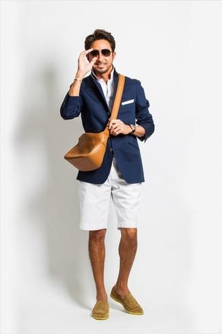 Cómo combinar: blazer azul marino, camisa polo blanca, pantalones cortos blancos, mocasín de ante marrón claro