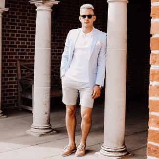 Cómo combinar: blazer celeste, camisa polo blanca, pantalones cortos de seersucker grises, náuticos de cuero marrón claro