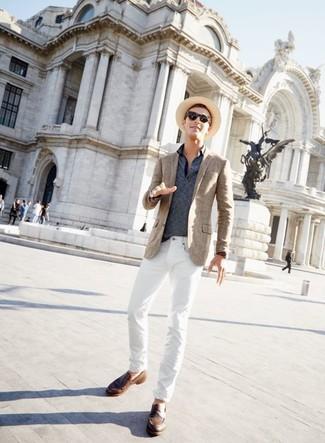 Cómo combinar: blazer de tartán marrón, camisa polo de rayas horizontales azul marino, vaqueros blancos, mocasín de cuero marrón