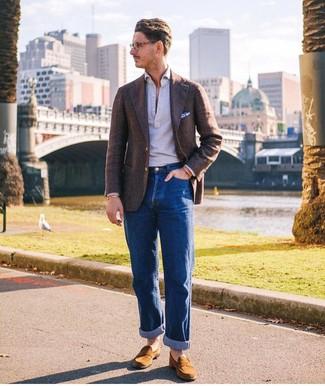 Cómo combinar: blazer de lana en marrón oscuro, camisa polo gris, vaqueros azules, mocasín de ante en tabaco