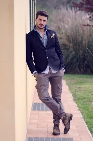 Cómo combinar: blazer azul marino, camisa vaquera azul, camisa de manga larga celeste, pantalón cargo gris