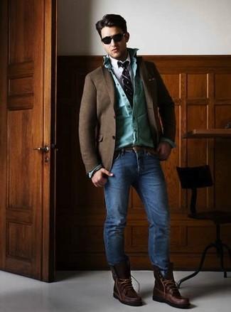 Cómo combinar: blazer de lana en marrón oscuro, camisa vaquera en turquesa, camisa de manga larga blanca, vaqueros pitillo azules