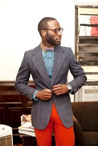 Cómo combinar: blazer a cuadros en gris oscuro, camisa vaquera azul, pantalón chino naranja, corbatín estampado azul