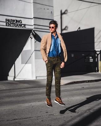 Cómo combinar: blazer marrón claro, camisa vaquera azul, pantalón chino de camuflaje verde oliva, zapatillas altas de lona marrón claro