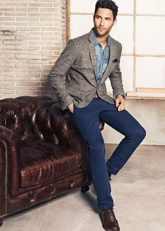 Cómo combinar: blazer de lana gris, camisa vaquera azul, pantalón chino azul marino, zapatos brogue de cuero en marrón oscuro