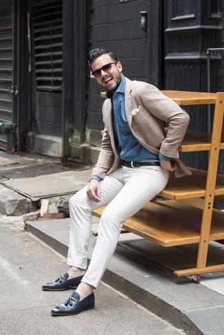 Cómo combinar: blazer en beige, camisa vaquera celeste, pantalón chino blanco, mocasín con borlas de cuero azul marino