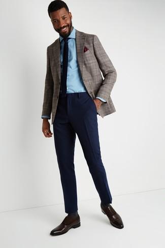 Cómo combinar: blazer de pata de gallo marrón, camisa vaquera celeste, pantalón de vestir de lana azul marino, zapatos oxford de cuero en marrón oscuro