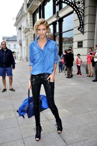 Cómo combinar: blazer azul, camisa vaquera azul, pantalones pitillo de lentejuelas negros, botines con cordones de ante negros