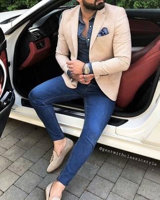 Cómo combinar: blazer en beige, camisa vaquera azul marino, vaqueros pitillo azules, mocasín con borlas de ante en beige