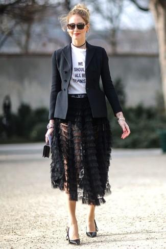 Look de moda: Blazer negro, Camiseta con cuello circular estampada en blanco y negro, Falda midi сon flecos negra, Zapatos de tacón de cuero negros