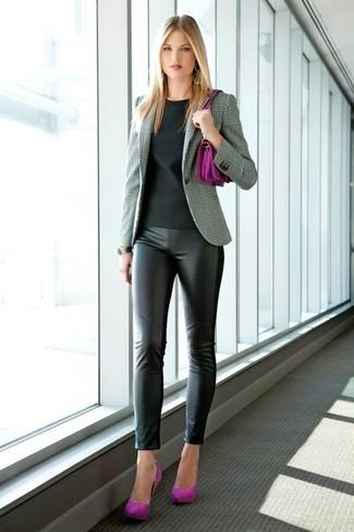 Cómo combinar: blazer de tartán gris, camiseta con cuello circular negra, leggings de cuero negros, zapatos de tacón de ante morado