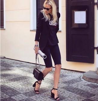 Cómo combinar: blazer negro, camiseta con cuello circular estampada en negro y blanco, mallas ciclistas vaqueras negras, sandalias de tacón de ante negras