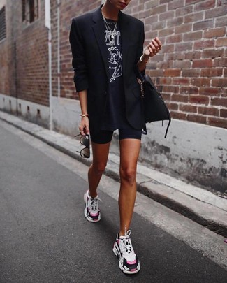 Cómo combinar: blazer negro, camiseta con cuello circular estampada en negro y blanco, mallas ciclistas negras, deportivas en multicolor