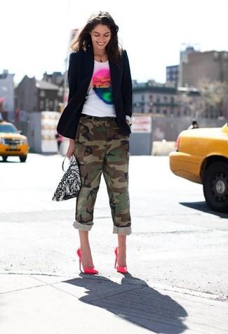 Cómo combinar: blazer azul marino, camiseta con cuello circular estampada blanca, pantalón cargo de camuflaje verde oliva, zapatos de tacón de cuero rosa