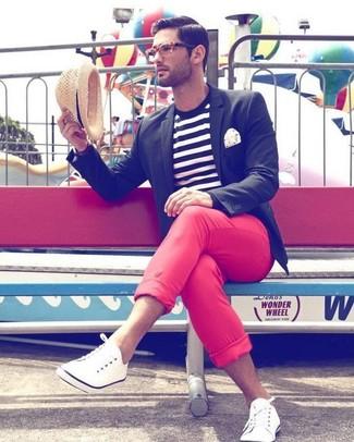 Cómo combinar: blazer negro, camiseta con cuello circular de rayas horizontales en blanco y negro, pantalón chino rojo, zapatillas plimsoll blancas