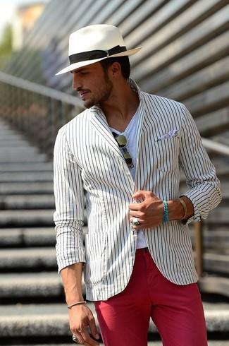Cómo combinar: blazer de rayas verticales blanco, camiseta con cuello circular blanca, pantalón chino rojo, sombrero blanco