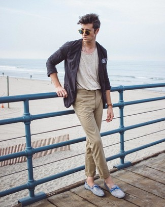 Cómo combinar: blazer de algodón en gris oscuro, camiseta con cuello circular en beige, pantalón chino marrón claro, mocasín de ante celeste