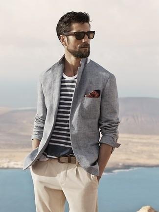 Cómo combinar: blazer de algodón gris, camiseta con cuello circular de rayas horizontales en blanco y azul marino, pantalón chino en beige, pañuelo de bolsillo a lunares marrón