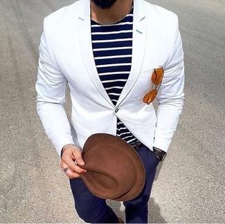 Cómo combinar: blazer blanco, camiseta con cuello circular de rayas horizontales en azul marino y blanco, pantalón chino azul marino, sombrero de lana marrón