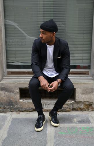 Cómo combinar: blazer negro, camiseta con cuello circular blanca, pantalón chino negro, tenis de cuero negros