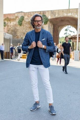 Cómo combinar: blazer vaquero azul, camiseta con cuello circular azul marino, pantalón chino blanco, tenis azules