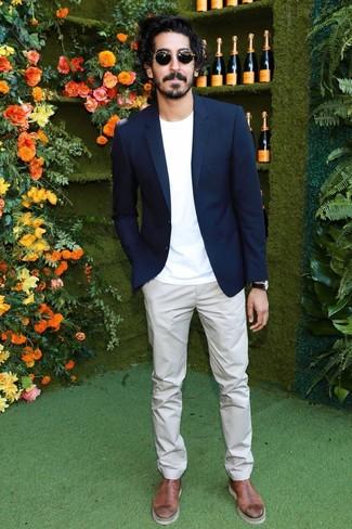 Cómo combinar: blazer azul marino, camiseta con cuello circular blanca, pantalón chino gris, botines chelsea de cuero marrónes