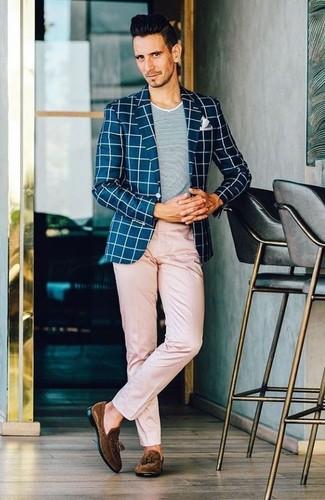 Cómo combinar: blazer a cuadros en azul marino y blanco, camiseta con cuello circular gris, pantalón chino rosado, mocasín con borlas de ante en marrón oscuro