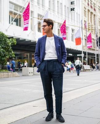 Cómo combinar: blazer de lana de tartán azul marino, camiseta con cuello circular blanca, pantalón chino de lino azul marino, botas safari de ante azul marino