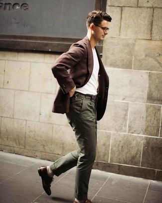 Cómo combinar: blazer de lana en marrón oscuro, camiseta con cuello circular blanca, pantalón chino verde oliva, zapatos brogue de cuero marrónes