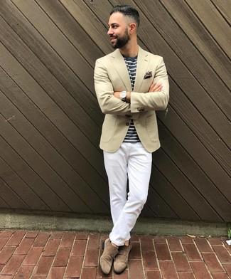 Cómo combinar: blazer en beige, camiseta con cuello circular de rayas horizontales en azul marino y blanco, pantalón chino blanco, zapatos con doble hebilla de ante marrónes