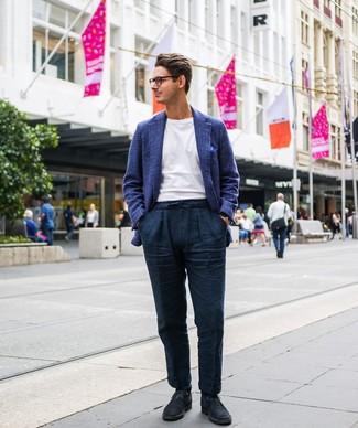 Cómo combinar: blazer de lana de tartán azul, camiseta con cuello circular blanca, pantalón chino de lino azul marino, botas safari de ante azul marino