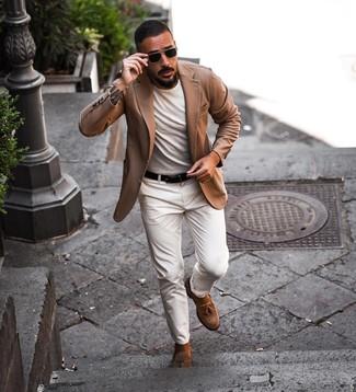 Cómo combinar: blazer marrón claro, camiseta con cuello circular blanca, pantalón chino blanco, mocasín con borlas de ante marrón