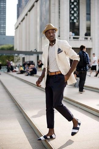 Cómo combinar: blazer en beige, camiseta con cuello circular de rayas horizontales en blanco y negro, pantalón chino azul marino, alpargatas de lona de rayas horizontales en negro y blanco