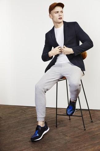 Cómo combinar: blazer azul marino, camiseta con cuello circular blanca, pantalón de chándal gris, deportivas de cuero azules