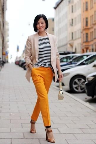 Cómo combinar: blazer en beige, camiseta con cuello circular de rayas horizontales en blanco y negro, pantalón de pinzas naranja, sandalias de tacón de cuero marrónes