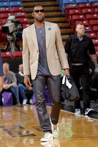 Cómo combinar: blazer en beige, camiseta con cuello circular gris, pantalón de vestir en gris oscuro, tenis grises