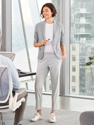 Cómo combinar: blazer de punto gris, camiseta con cuello circular blanca, pantalón de vestir gris, tenis de cuero blancos