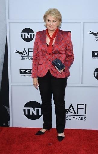 Cómo combinar: blazer estampado rojo, camiseta con cuello circular negra, pantalón de vestir negro, zapatos de tacón de ante negros