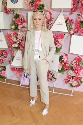 Cómo combinar: blazer de lino de rayas verticales en beige, camiseta con cuello circular blanca, pantalón de vestir de lino de rayas verticales en beige, chinelas de satén blancas