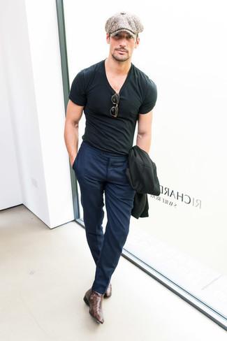 Cómo combinar: blazer negro, camiseta con cuello circular negra, pantalón de vestir azul marino, botines chelsea de cuero en marrón oscuro