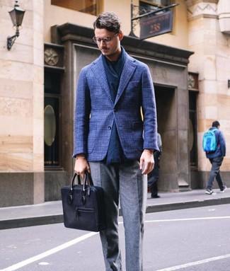 Cómo combinar: blazer de lana de tartán azul marino, camiseta con cuello circular azul marino, pantalón de vestir de lana gris, portafolio de cuero negro