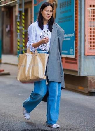 Cómo combinar: blazer gris, camiseta con cuello circular estampada celeste, pantalones anchos vaqueros azules, tenis de lona blancos