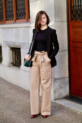 Cómo combinar: blazer negro, camiseta con cuello circular negra, pantalones anchos marrón claro, zapatos de tacón de cuero burdeos