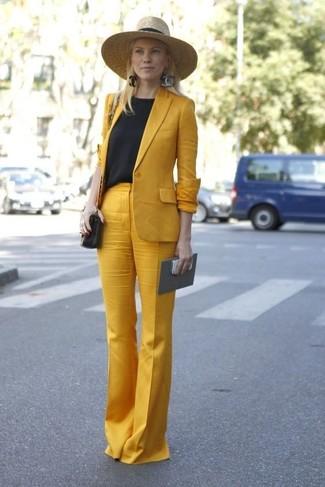 Cómo combinar: blazer mostaza, camiseta con cuello circular negra, pantalones anchos mostaza, bolso bandolera de cuero negro