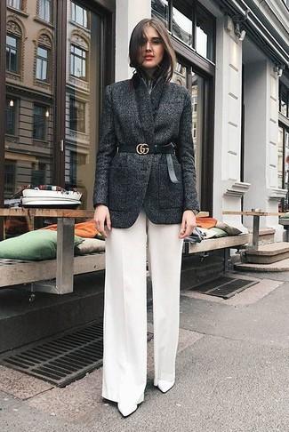 Cómo combinar: blazer de lana en gris oscuro, camiseta con cuello circular blanca, pantalones anchos blancos, botines de cuero blancos