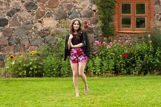 Cómo combinar: blazer negro, camiseta con cuello circular negra, pantalones cortos con print de flores rosa, bailarinas de ante rosadas